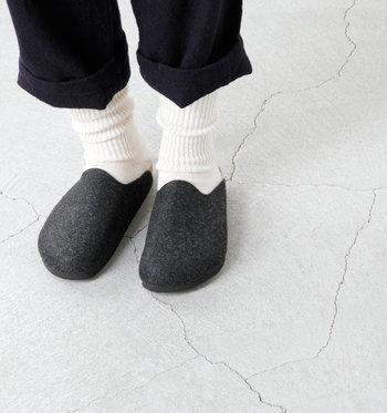 """240年以上の歴史を誇る、世界でも指折りの靴ブランド「BIRKENSTOCK(ビルケンシュトック)」のフェルトサンダル""""AMSTERDAM""""。外履きもできますが、おしゃれな室内履きとして作られたアイテム。ウールフェルトが足元を温め、素足でも快適な肌ざわりです。"""