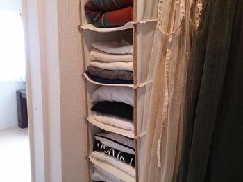 こちらは、クローゼットのポールに掛けて使える吊り収納。Tシャツやセーターなどをたたんで収納できる便利アイテムです。場所を移動させたり、取り外したりが簡単なのが高ポイント。
