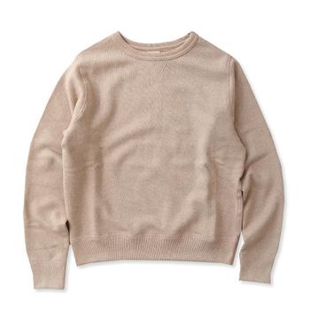 装飾のないナチュラルな表情が魅力のプルオーバー。スウェットはセーターと比べて、気楽に着られるのもうれしいですよね。丈の長さや襟の空き具合などでも印象が変わってくるので、よく吟味して選びましょう。