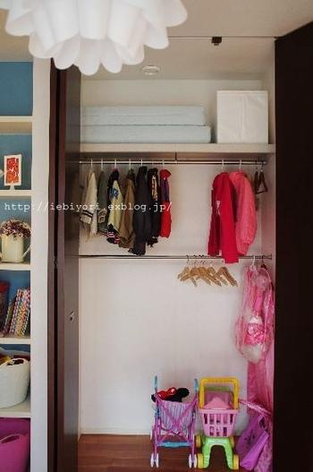 ポールが2本あれば、丈の短めの衣服をたくさん掛けることができますし、一番下のスペースに衣装棚などを入れれば、空間を3段活用できることになり、棚を追加するのと同じ効果が生まれます。また、低い位置にポールがあると、子供でも手が届きやすいのもメリット。