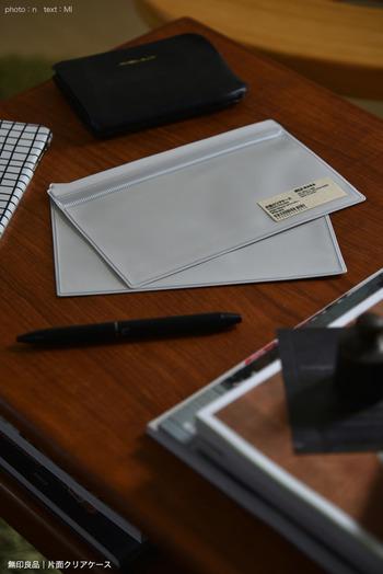 「片面クリアケース」は、その名の通り片面がクリアになっているビニル素材のケースです。厚みのない小物を仕分け・収納するのに便利なのですが、毎日の家計管理にもおすすめのグッズなんです。