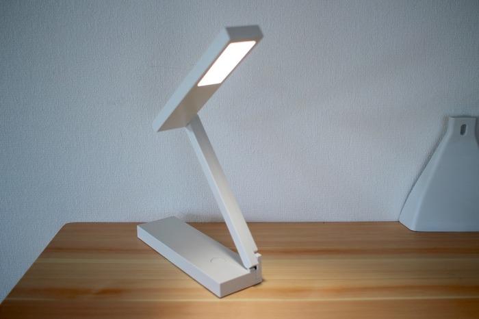 このように広げて使います。LEDを内臓していて、光の強弱を2段階で選ぶことができます。機能性の高さに加えて、無駄を省いた潔いデザインも素敵ですね。