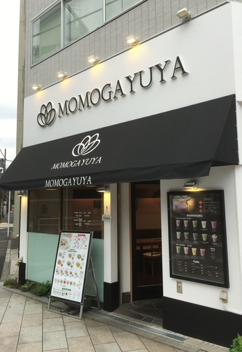 九段下にある「ももがゆ家」は、まるでカフェのようなスタイリッシュな外観が素敵なお粥とスムージーの専門店です。