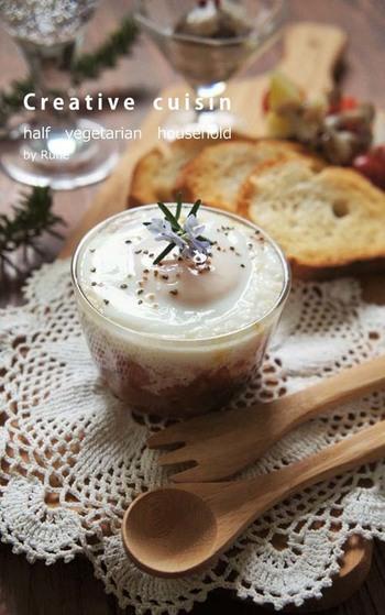 エッグスラットのレシピをもう一つ。こちらは、マッシュポテトの代わりにカレーパウダーで味付けした野菜を入れています。朝食だけでなく、お酒のお供にも良さそう。