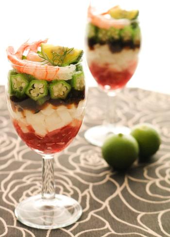 和風サラダも、グラスを使うといつもと違った印象に。横から見たときに断面が綺麗に見えるよう、層を意識して作りましょう。こちらはマグロ、山芋、醤油ゼリー、オクラなどにかぼすを添えたさっぱりとした一品です。