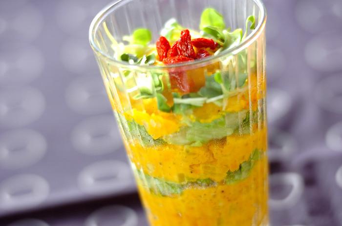 カボチャとジャガイモで作ったポテトサラダ、間に敷いたレタス、仕上げに添えたクコの実がアクセントになった色鮮やかな一品です。盛り付け方を工夫するだけで、定番メニューもおもてなし料理に早変わり。