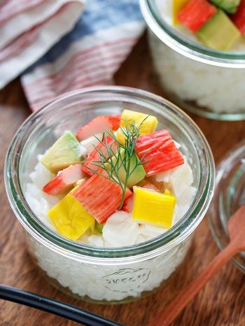 酢飯の上に食材の乗せるだけ!とっても簡単なグラス寿司。こちらのレシピ以外にも、お好みの食材をのせれば、すぐにでも真似できる一品です。