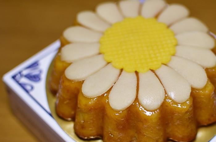 こちらはマジパンを使用した生地にアンズジャムとマジパンの花びらをのせた「マルガレーテンクーヘン」。しっとりとした生地と上品な甘さが絶品です!