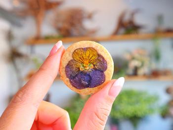 エディブルフラワーを使った手作りの焼き菓子が人気で、一つ一つ表情の違うお菓子は、食べるのがもったいないほどの可愛さです。