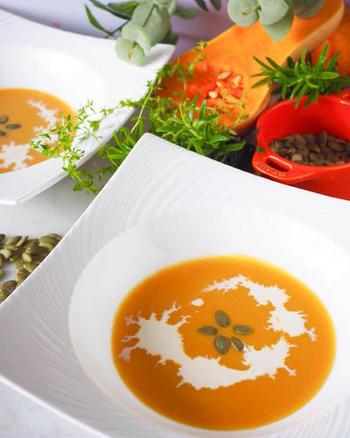 こちらもシンプルな材料で、初心者さんにおすすめのポタージュです。レンチンして、かぼちゃをやわらかくするテクニックは注目ですね。  固形スープの素など、家庭にある材料で用意しやすいのもうれしいところ。