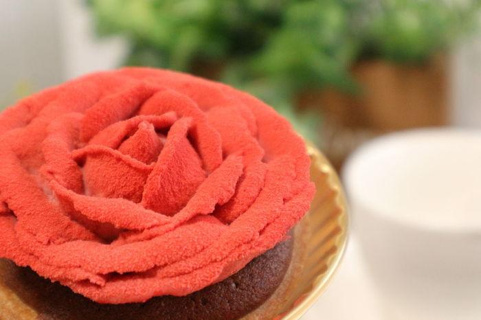 お店の看板商品でもあるケーキ「ローズ」。花びら部分にはフランボワーズクリームを使用し、チョコレートタルトとの極上の組み合わせを楽しめます。一枚一枚精巧に作られたバラの花に、思わずうっとりしてしまいます。