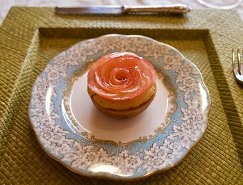 こちらは、2017年に全国菓子大博覧会の名誉総裁賞を受賞したバラの花の形をした「アップル&ローゼス タルト」。生食用AAAクラスのりんごのみを使用し、薄くスライスしたリンゴで作ったタルトは、見た目の美しさと爽やかなリンゴの酸味に多くの人が虜になっているのだとか。