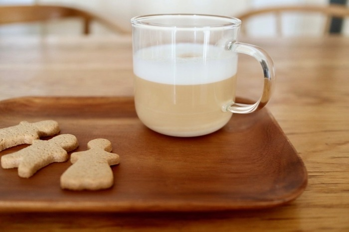 ミルクを泡立てた飲み物を入れれば、まるでおしゃれなカフェのドリンクのよう。見た目も楽しみながら飲むことができます。軽いガラスでできているので、洗うときに楽なのもうれしいポイントです。