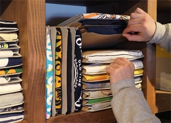 重ねても崩れず、取り出しも便利。クローゼットにカラーボックスや本棚などを置いてその中に収納すれば、デッドスペースもなく、きっちり収まりそう。Tシャツを選ぶのも楽しくなりますね。