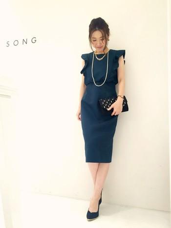 ハイウエストで脚長効果もあるタイトなドレス。ロングパールネックレスを二重に巻くだけでも華やかで、ワンランク上のおしゃれが楽しめます。