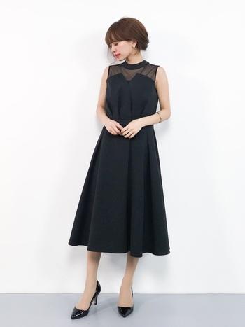 同じ黒でも、表情はいろいろ。デザイン性のあるノースリーブワンピースを選べば、こんなにオシャレに。Aラインのフレアスカートはより上品な雰囲気に演出してくれます。口紅に赤を差すのも忘れずに。