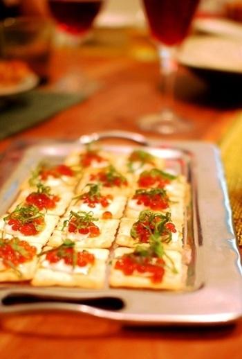 ホームパーティーにぴったりな華やかなオードブル。クリームチーズといくらの濃厚さがワインに合いそう。