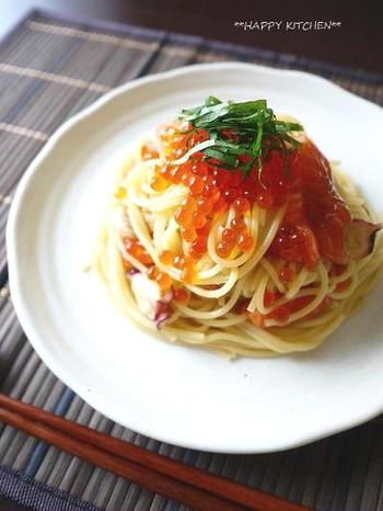 タコとサーモンのお刺身を使って簡単に。めんつゆとオリーブオイルで味付けもラクラク。いくらを上から豪快に盛り付けて。