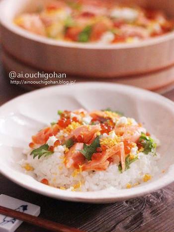 ほぐした焼き鮭と刻んだ大葉を酢飯に混ぜたちらし寿司。いくらをアクセントにのせて豪勢に。
