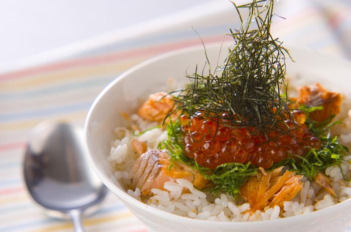 オリーブ油で焼いた鮭が香ばしい混ぜご飯にいくらをトッピング。全体を混ぜればイクラがプチプチとおいしい!彩りも華やかなおすすめ丼です。