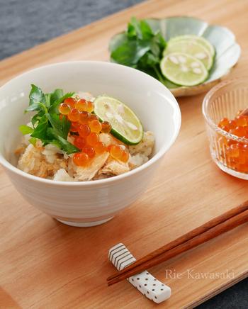 炊飯器でできる鮭の炊き込みご飯。いくらの醤油漬けとすだちをのせて料亭風に。
