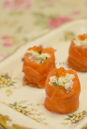 スモークサーモンで作った器に、カッテージチーズと胡瓜のはちみつ和えを入れ、いくらを飾って。お花のように見え、おもてなしにもおすすめの前菜です。