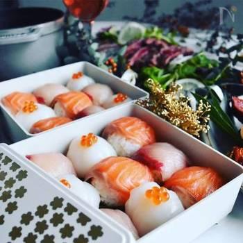 全体の彩りをピンク、オレンジ、白で合わせたらおめでたい雰囲気に。ひと口サイズの手毬寿司はパーティにぴったりですね。