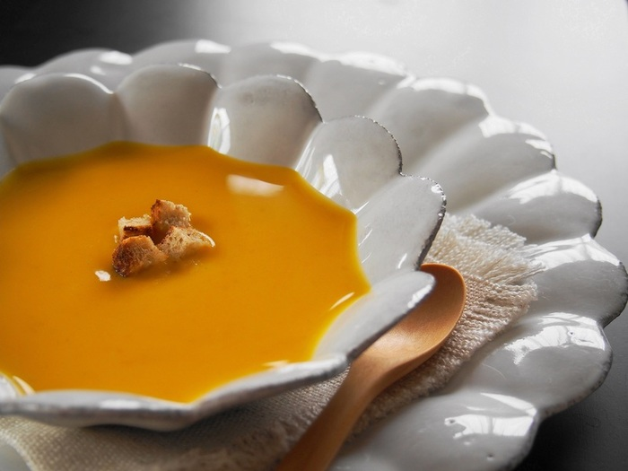 ミキサーは使用せず、バターナッツを細かい角切り状にして、コトコト煮こんで作るポタージュです。 材料がシンプルなので、素材の美味しさを感じやすいおすすめレシピです。