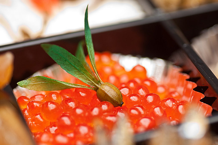 色鮮やかで、プチプチとした食感が楽しい「いくら」。どちらかというと脇役の印象があるいくらですが、お料理に添えるだけで一段と豪華に見せてくれて、食卓を華やかに彩ってくれます。お正月料理で余ってしまったいくらも有効活用できる、とっておきのレシピをご紹介します。