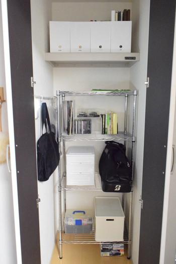 クローゼットに棚がない場合は、ラックをそのまま入れてしまうのもアイデアですね。本棚やCDラックなども収納して、リビングをすっきりさせるのもおすすめです。できれば、衣装ケース同様に、キャスター付きのラックだと出し入れがラクでいいですね。