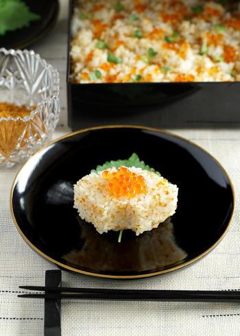 ちょっぴり贅沢な煎り雲丹といくらの混ぜご飯。特別なおもてなしの席におすすめの一品です。