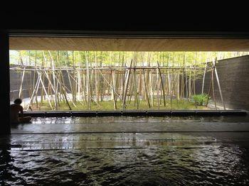 加水や加温、循環を一切していない100%かけ流しの天然温泉、片岡温泉は美しい竹林をのぞむ素敵な温泉です。ぬめりのあるまったりとしたお湯は美肌の湯としても人気です。どこをとってもフォトジェニックな光景に、カメラを向けずにはいられなくなります。