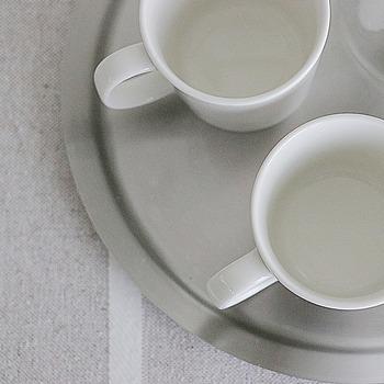 茶渋の汚れにはキッチン漂白剤が有効ですが、小さなお子様がいるご家庭なら塩がおすすめ。湿らせたスポンジにつけてこすり洗いすれば、塩が研磨剤の代わりになって茶渋を落とすことができますよ。