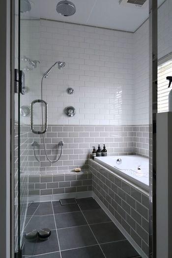お風呂場は入浴後の「ついで掃除」がポイント。汚れが柔らかいうちなら洗剤をつけなくてもスポンジだけでキレイになり、最後に冷水を流して浴室の温度を一気に下げると、カビや雑菌の繁殖を抑えられます。