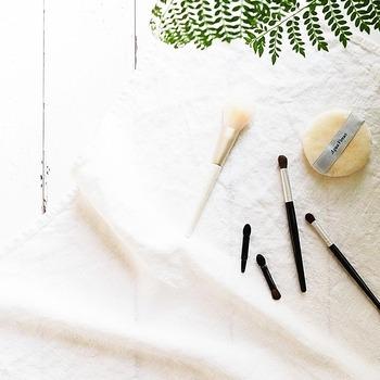 ブラシは広げたティッシュペーパーの上で掃くようにすると、汚れがティッシュに移ります。洗うと毛が傷む場合があるので注意が必要です。パフはぬるま湯に浸け、石鹸やクレンジングオイルで洗って丁寧にすすぎます。タオルで軽く押さえるようにして水気を拭き取れば終了です。