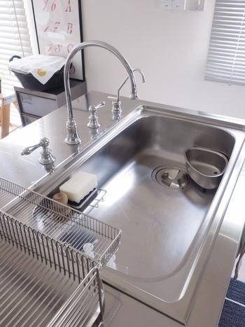 食器洗いが終わった後、そのまま洗剤とスポンジでシンクをサッと拭くだけで、日々のお手入れは十分です。仕上げに乾いたクロスで水分を拭き取れば、軽いぬめりや水垢を簡単に落とせます。