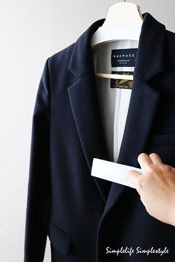 コートの日々のお手入れは、着用後にサッとブラッシングするだけ。繊維の奥にたまったほこりが落ち、使用感がグッと軽減されます。