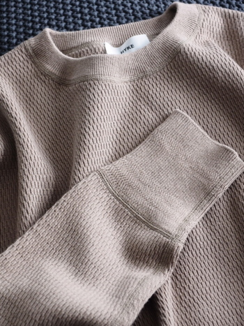 セーターも着用後にブラッシングすることで、ヨゴレや毛玉を落とせます。また干す際は型崩れしないよう、肩幅に合ったハンガーを使用するようにしましょう。