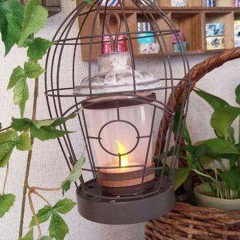 100均で入手できるプラスチックのドレッシングメーカーを使って、こんなおしゃれなランプにリメイク。キャンドルライトは火を使わないので、プラスチック素材と合わせられるのもメリットですね。半透明のプラスチックから漏れる灯りも雰囲気があります。