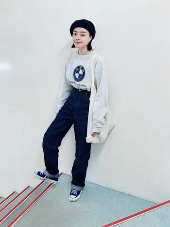 若者に人気の原宿系のスポーツMIXファッションは、あえて古着で作ることで、大人の女性でも着こなせる落ち着いた風合いに。ヴィンテージの個性的なスウェットで、ちょっぴり韓国風のおしゃれな着こなしに。