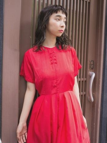 絞られたウエストからふんわりと広がるスカートが女性らしさを高める、50年代風デザインのワンピース。さらりと着るだけでレトロかわいくきまる主役級の一枚です。