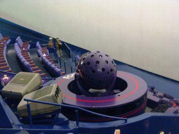 """直径27.5mの大型ドームスクリーンに高輝度LED光源によってクリアな星空を映し出す「CHIRONⅡ(ケイロンⅡ)」。""""最も先進的なプラネタリウム""""としてギネス認定されました。 ↓↓"""