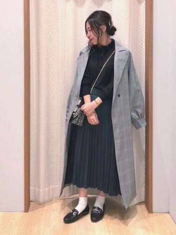 グレンチェックが旬なトレンチコート。女性らしい着こなしに合わせて、クラシカルな印象に。