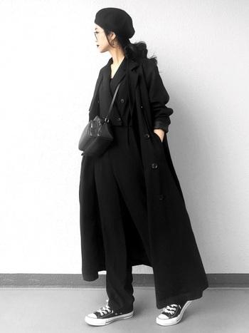 黒のトレンチコートを使った、旬のオールブラックコーデ。 トレンチコートの軽い素材感を活かして、軽やかな雰囲気に。