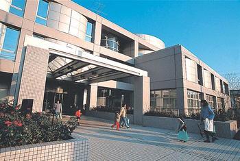 東急田園都市線・桜新町駅から歩いて10分ほど。区の生涯学習施設・世田谷区立教育センターの中に、図書館や世田谷平和資料室、郷土学習室とともに入っています。床はフラットなバリアフリー。