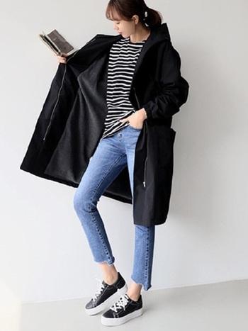 シンプルな定番カジュアルコーデも、ブラックトレンチを羽織ることでかっこよく、個性的な印象になります。颯爽と街を歩きたくなるようなコーデです。