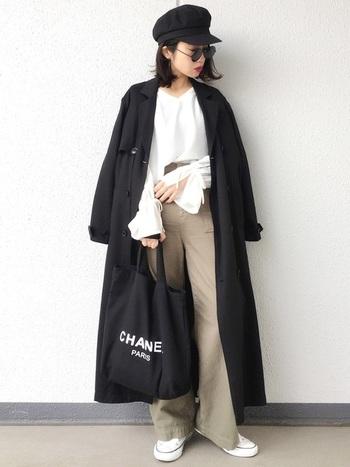 ロングのブラックトレンチならかっこよさも折り紙つき。ぼんやりしがちな淡色コーデを黒のコートと小物で引き締めています。