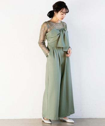 これから春にかけての式にもぴったりの、ミントグリーンのドレス。レース×デザイン性のある胸元のディテールの組み合わせが素敵なパンツドレスは、周りと被りにくくそれだけで十分華やかです。