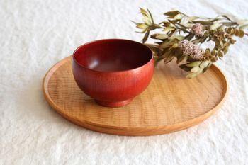 汁椀のかたちはころんと丸みを帯びたものやふちが反ったもの、蓋つきのものなどさまざまなものがあります。日常の食卓で使うものなら、好みのかたちを選べばOKです。