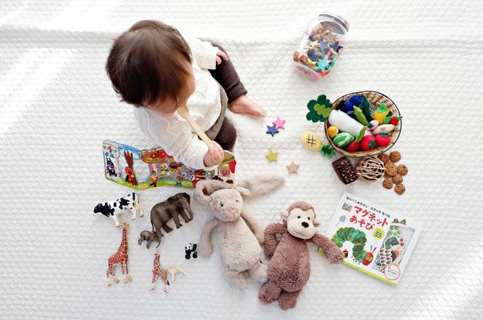 赤ちゃんのおもちゃは大きさや色もばらばらで、収納する時も見た目のまとまりのなさが悩みの種。また赤ちゃんが少し成長する頃には、自分から進んでお片付けができるようなわかりやすい仕分け方も重要です。大きさや種類で分けるのか、それとも使う頻度で分けるのか、子どもの様子を観察しながら最適なおもちゃ収納を工夫するのはなかなか大変ですよね。